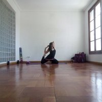 Instructora de Yoga Integral, especializada en Yoga Restaurativo y Yogaterapia da clases
